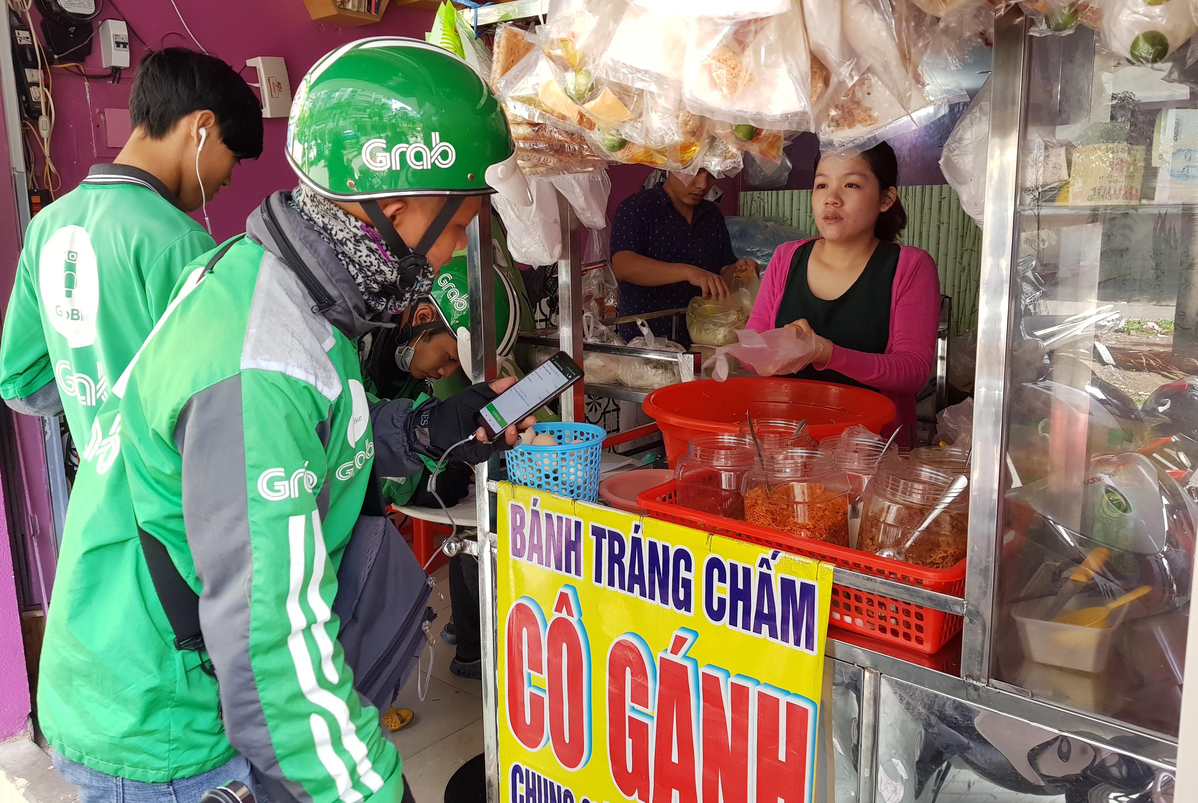 Từ chỗ bán hàng rong với đôi quang gánh, bà Nguyễn Thị Cảnh (quê Bình Định) 2 năm nay phải tăng cường người và thuê thêm mặt bằng để phục vụ người mua qua mạng. Ảnh: NGỌC HIỂN